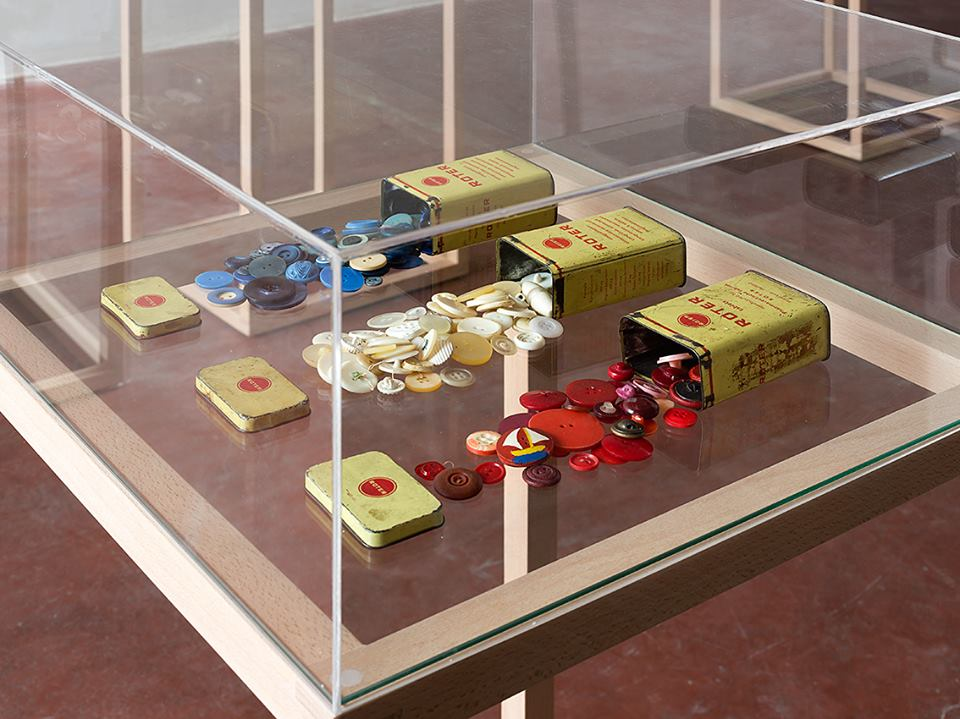 Bleu, Blanc, Rouge, 2014, 7 vitrines and objects, various dimensionsDETAIL