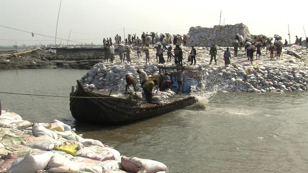 DW_boat_unloading_300