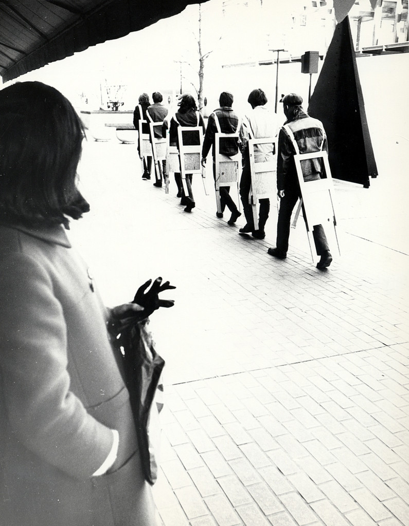 Gianni Pettena, Wearable Chairs performance, Minneapolis, Minnesota, 1971. Image courtesy of Gianni Pettena.